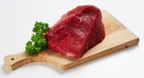 Pedazo de carne de vaca en el escritorio de madera foto de archivo libre de regalías