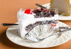 Pedazo de chocolate poner crema blanco de la torta en la cafetería Foto de archivo