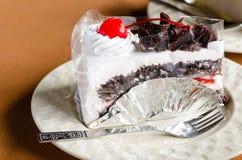 Pedazo de chocolate poner crema blanco de la torta en la cafetería Fotos de archivo
