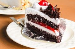 Pedazo de chocolate poner crema blanco de la torta en la cafetería Fotografía de archivo