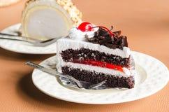 Pedazo de chocolate poner crema blanco de la torta en la cafetería Fotos de archivo libres de regalías