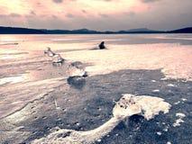 Pedazo de deriva de iceberg y de sol que se deslumbran en la cubierta gruesa del hielo Fotos de archivo