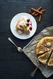 Pedazo de empanada de la piña, de helado y de cerezas Fotos de archivo libres de regalías