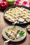 Pedazo de empanada de manzana servido con crema Foto de archivo