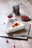 Pedazo de empanada del queso con los melocotones y las pasas rojas Fotos de archivo libres de regalías
