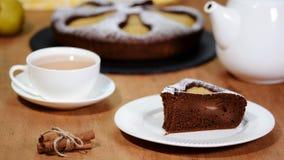 Pedazo de empanada hecha en casa del chocolate con las peras Torta de la pera del chocolate metrajes