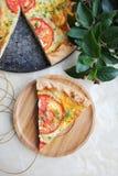 Pedazo de empanada o de pizza del bocado de la pasta de hojaldre con el relleno del requesón, las rebanadas del tomate y el eneldo Fotos de archivo