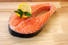 Pedazo de filete de color salmón fresco Fotos de archivo libres de regalías