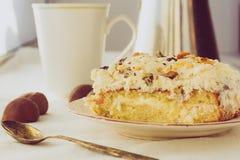Pedazo de galleta poner crema en el plato blanco Foto de archivo libre de regalías