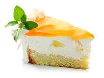 Pedazo de hojas de la crema y de menta de la torta de la piña aisladas Foto de archivo