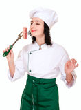 Pedazo de la carne fresca del olor de la mujer del cocinero foto de archivo