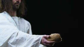 Pedazo de la demostración de Jesús de pan a la cámara, a la gente de ayuda, a la caridad y a la donación metrajes