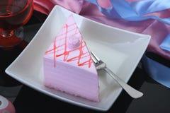Pedazo de la torta/de los pasteles del rosa de la fresa en una placa Imágenes de archivo libres de regalías