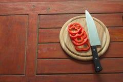Pedazo de las pimientas dulces en la tabla de cocina Foto de archivo