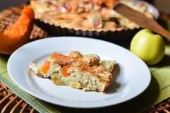 Pedazo de manzana y de pastel de calabaza hechos en casa Foto de archivo libre de regalías