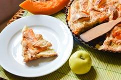 Pedazo de manzana y de pastel de calabaza hechos en casa Imagenes de archivo