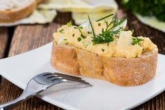 Pedazo de pan con la ensalada del huevo Foto de archivo
