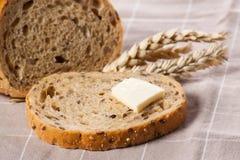Pedazo de pan con mantequilla. Fotografía de archivo libre de regalías