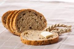 Pedazo de pan con mantequilla. Fotografía de archivo