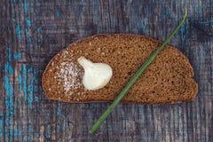 Pedazo de pan negro con las cebollas y la sal Fotografía de archivo libre de regalías
