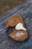 Pedazo de pan negro con las cebollas y la sal Imagenes de archivo