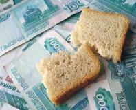 Pedazo de pan, poniendo en billetes de banco de Rusia Fotos de archivo