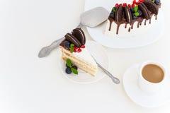 Pedazo de pastel de capas con las bayas frescas, queso cremoso de la vainilla Imagenes de archivo