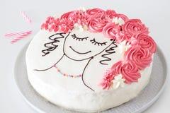 Pedazo de pastel de capas de la vainilla con las galletas frescas de las bayas, del queso cremoso y del chocolate Foto de archivo libre de regalías
