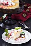 Pedazo de pastel de queso adornado para la Navidad Fotos de archivo