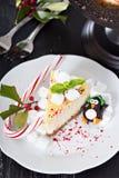 Pedazo de pastel de queso adornado para la Navidad Imagen de archivo