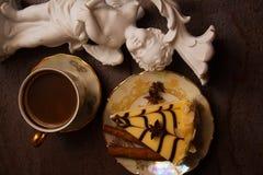 Pedazo de pastel de queso y de canela de la almendra imagen de archivo
