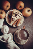Pedazo de pastel de queso y de canela de la almendra imagen de archivo libre de regalías