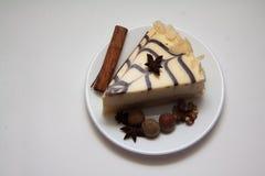 Pedazo de pastel de queso y de canela de la almendra Fotografía de archivo libre de regalías