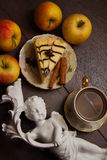 Pedazo de pastel de queso y de canela de la almendra Foto de archivo libre de regalías