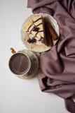 Pedazo de pastel de queso y de canela de la almendra Fotos de archivo