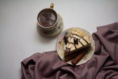 Pedazo de pastel de queso y de canela de la almendra Imagenes de archivo