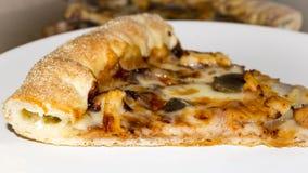 Pedazo de pizza con los bordes del queso Foto de archivo libre de regalías