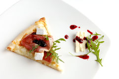 Pedazo de pizza italiana. Alimento sano. Fotografía de archivo libre de regalías
