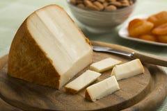 Pedazo de queso francés de las ovejas en una tabla de cortar imágenes de archivo libres de regalías