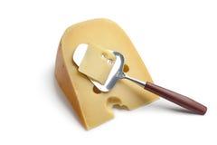 Pedazo de queso holandés de los granjeros con una queso-rebanada Imagen de archivo libre de regalías