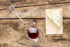 Pedazo de queso verde con el vidrio de vino Fotografía de archivo libre de regalías