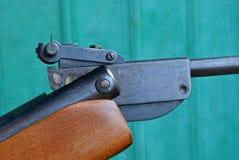 Pedazo de rifle de aire del metal ferroso y de la madera marrón fotos de archivo
