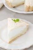 Pedazo de tarta del limón con el merengue en una placa Fotografía de archivo