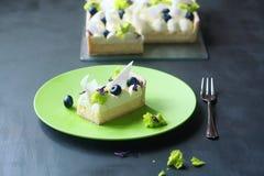 Pedazo de tarta del limón con el queso cremoso Imagenes de archivo