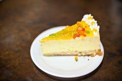 pedazo de torta amarilla con la jalea imagen de archivo