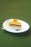 Pedazo de torta amarilla de la miel, espino amarilla y del albaricoque de Entremet Fotos de archivo