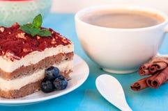 Pedazo de torta apetitosa del tiramisu en la placa foto de archivo