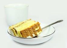 Pedazo de torta con la taza de té Foto de archivo