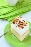 Pedazo de torta con las melcochas y los pistachos Imagen de archivo libre de regalías