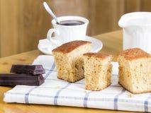 Pedazo de torta, de café y de chocolate de esponja Fotos de archivo libres de regalías